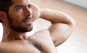 גבר מתאמן (צילום: shutterstock: Zai Aragon)