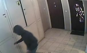 הצתת דלת ביתו של עבריין המין (צילום: חדשות 2)