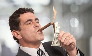 אדם מדליק סיגר עם שטר בוער (אילוסטרציה: shutterstock)