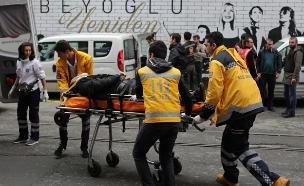 פינוי פצועים זירת פיגוע הטרור באיסטנבול (צילום: רויטרס)
