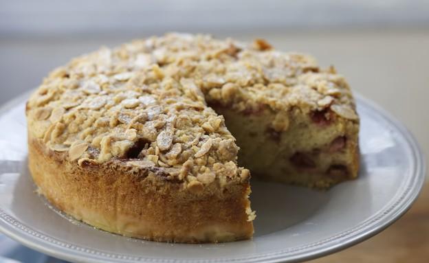 עוגת תותים בחושה עם פירורי שטרויזל שקדים (צילום: קרן אגם ,אוכל טוב)