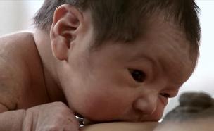תינוק זוחל מיד אחרי הלידה (צילום: יוטיוב )