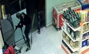 תיעוד: שודדים גנבו אלפי ש' בפחות משתי דקות