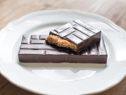 טבלת שוקולד במילוי ממרח ביסקוויט (צילום: נמרוד סונדרס ,כולם אופים עכשיו)