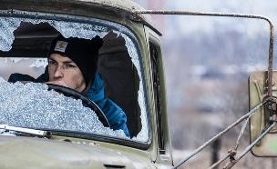 יושב במכונית עם שמשה שבורה (צילום: Artur Posoti ,flickr)