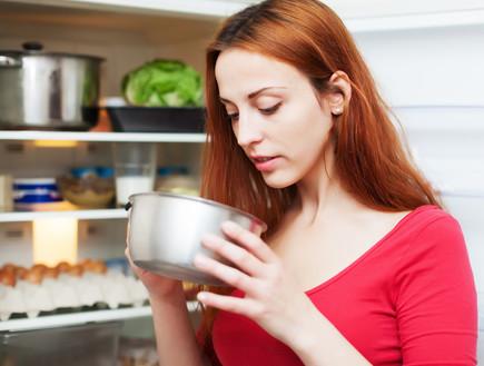 אישה אוכלת (צילום: shutterstock: conrado)