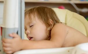 תינוק נרדם ואוכל (צילום: shutterstock ,shutterstock)