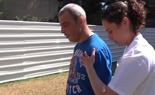 ההתאוששות של צביקה כהן, חודשיים לאחר שנדקר (צילום: חדשות 2)