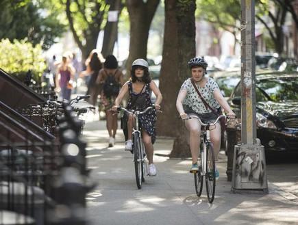 האנה וטלי גונבות אופניים (צילום: HBO)
