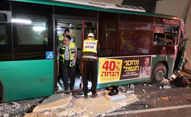 זירת התאונה במנהרות הכרמל (צילום: אהרן ברוך ליבוביץ)