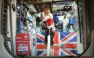 האסטרונאוט טים פיק רץ מרתון בחלל