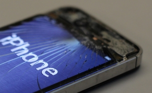סמארטפון שבור (צילום: Caleb Best ,flickr)