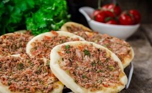 לחמג'ון במילוי בשר, עגבניות ונענע (צילום: Tanya Stolyarevskaya / shutterstock)