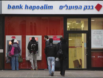 כספומט בסניף בנק הפועלים בירושלים (צילום: יונתן סינדל ,פלאש 90)