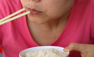 אוכלת אורז (צילום: shutterstock: Bkk1982)