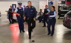 שוטרים רוקדים (צילום: חדשות 2)