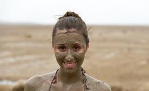 צעירה בים המלח (צילום: shutterstock: Gerardo C.Lerner)
