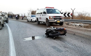 """רוכב אופנוע נהרג בתאונה. ארכיון (צילום: דוברות מד""""א)"""