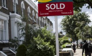 """שלט """"נמכר"""" על בית בלונדון (צילום: אימג'בנק/GettyImages ,getty images)"""