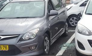 צפו בנזק שנגרם לכלי הרכב (צילום: דן צדיק)