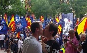 נשיקה גאה בהפגנה ניאו נאצית