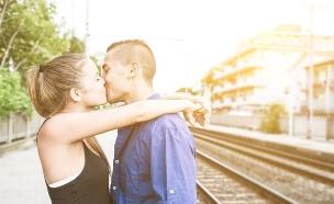 זוג מתנשק בתחנת רכבת (צילום: oneinchpunch, Shtterstock)