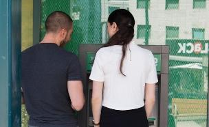 גבר ואישה מול כספומט (צילום: עודד קרני)