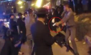 תיעוד שליפת האקדח בהפגנה