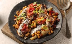 דג לשבת עם ירקות וגרגירי חומוס (צילום: אפיק גבאי ,אוכל טוב)