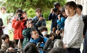 אביו של הילד שאותר במסיבת עיתונאים (צילום: רויטרס)