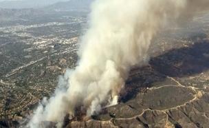 200 כבאים פועלים להשתלט על האש