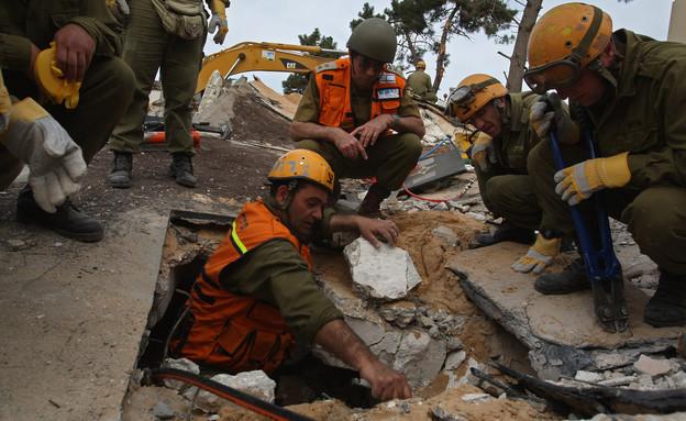 צוות חילוץ בין ההריסות (צילום: getty images ,getty images)