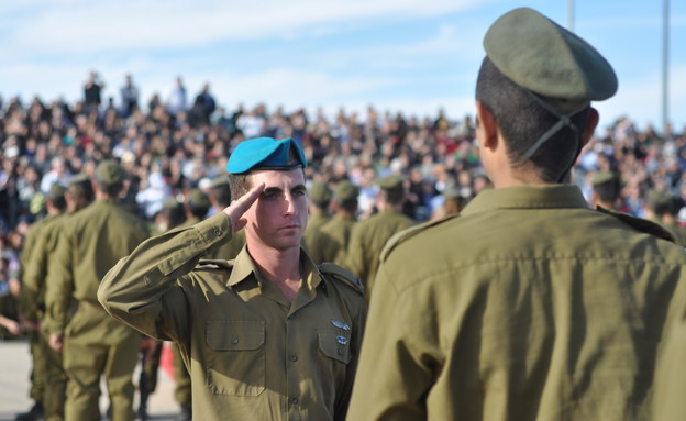 """חיילי תותחנים בטקס (צילום: אורי ברקת ,עיתון """"במחנה"""")"""