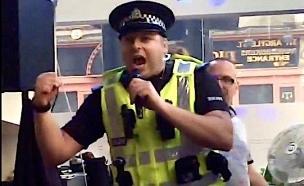 שוטר שר קריוקי (צילום: מתוך youtube ,YouTube)