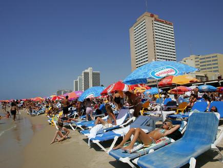 חוף ים בתל אביב באוגוסט