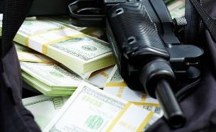 תת מקלע מונח על שטרות כסף (אילוסטרציה: shutterstock ,shutterstock)