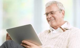 איש מבוגר עם טאבלט (צילום: thinkstock ,thinkstock)