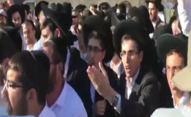 מהומות פרצו ברחבת הכותל (צילום: חדשות 2)
