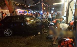 """רכב התנגש במסעדה בתל אביב (צילום: מד""""א)"""