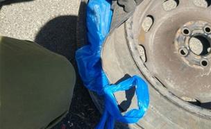 תפיסת סמי פיצוציות שהתגלו בגלגלי רכב (צילום: דוברות המשטרה)