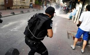 השוטרים מפזרים את המפגינים בלב איסטנבול (צילום: רויטרס)