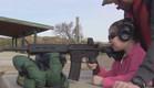 ילדה בת 7 יורה בנשק (צילום: צילום מסך מתוך הסרטון)