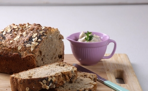 לחם שיבולת שועל ופרג ללא שמרים (צילום: עדי הלמן)