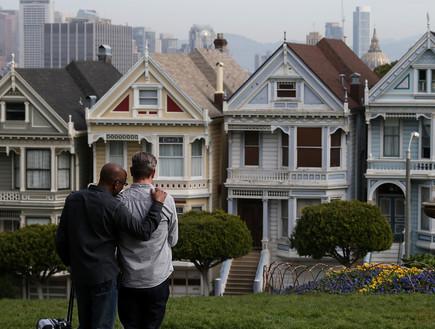 אנשים צופים בבתים בסאן פרנסיסקו (צילום: getty images ,getty images)