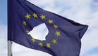 דגל האיחוד האירופי עם חור במרכזו (צילום: getty images ,getty images)
