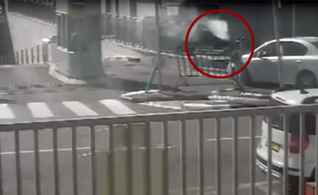 גלגל ניתק ממשאית ועף על המאבטחת (צילום: מצלמת אבטחה)