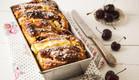 עוגת שמרים במילוי גבינה ודובדבנים (צילום: אפיק גבאי ,אוכל טוב)