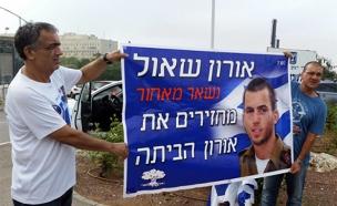 """הרצל שאול, אביו של אורון שאול ז""""ל במחאה לשחרורו (צילום: חדשות 2)"""