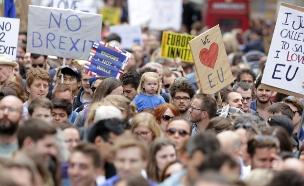 צפו בהפגנה בלונדון (צילום: רויטרס)