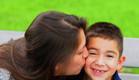 אמא מנשקת ילד (צילום: shutterstock)